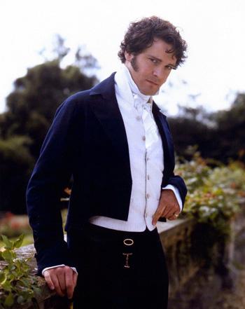 Colin Firth, dans son rôle de Mr. Darcy, avec redingote et cravate blanche