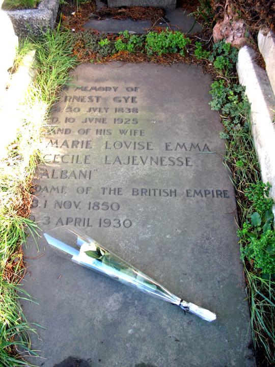 Tombe d'Emma Lajeunesse Albani et de son époux Ernest Gye au cimetière de Brompton, à Londres. Elle est décédée en avril 1930