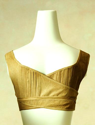 Brassière courte utilisée à l'époque de la régence pour remplacer les corsets qui avaient temporairement disparu