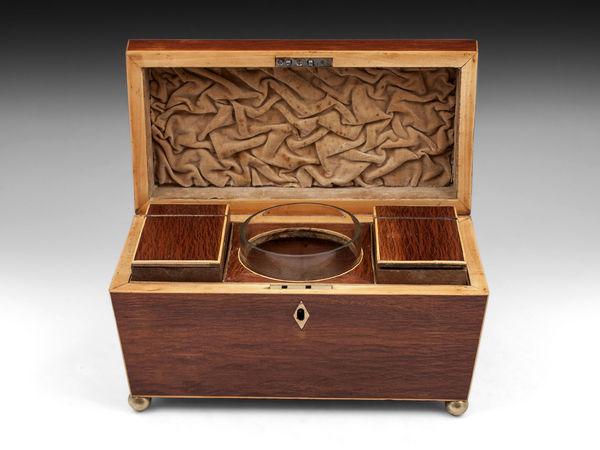 Boîte à thé du XIXe siècle, fermée à clé, appelée un tea caddy. Deux compartiments pour le thé et un pour le sucre.