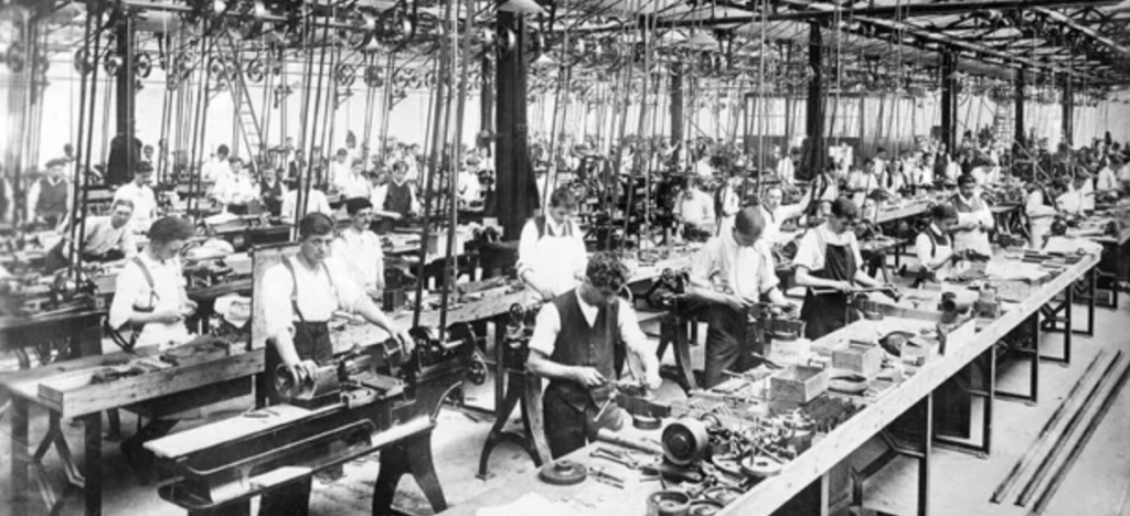 Photo d'une usine de l'époque victorienne, avec de nombreux ouvriers. C'était le développement de l'ère industrielle.
