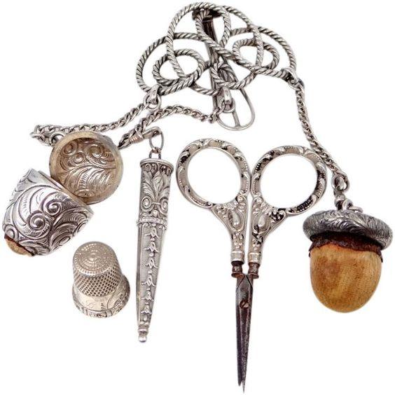 Exemple de châtelaine, un ensemble de petits outils qu'on accrochait à la taille à l'époque victorienne