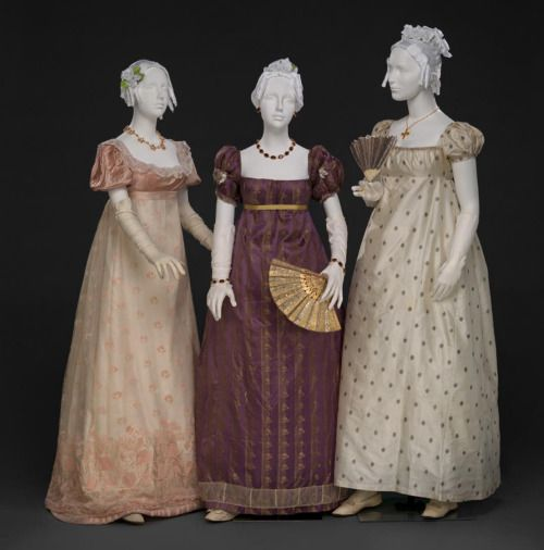 Robe de bal de l'époque Régence, avec taille empire, chaussons de danse et éventail