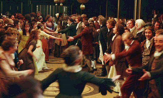 Scène de bal public de Meryton, dans le film Orgueil et préjugés de Joe Wright, sorti en 2005