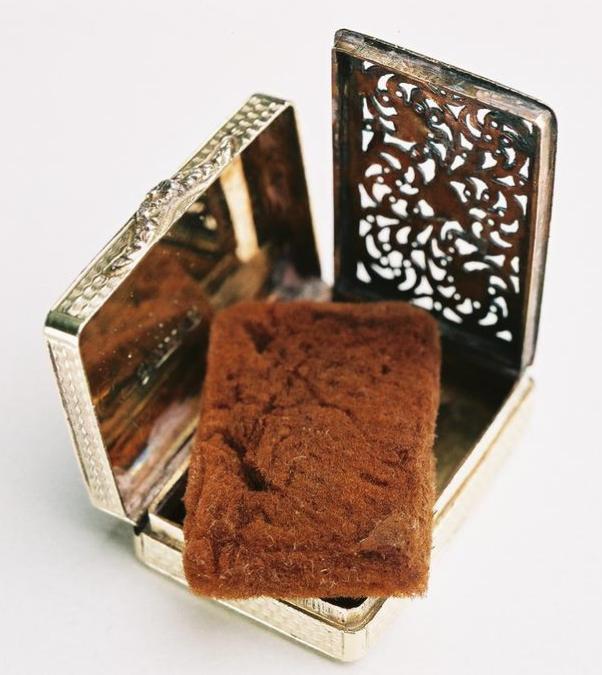 La vinaigrette en argent est une boîte de parfum de l'époque Régence ou victorienne. À l'intérieur se trouvait une éponge imbibée de parfum.