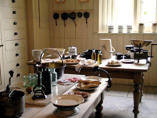 Still room de l'époque victorienne, installée près de la cuisine, où on prépare des confitures et des alcools