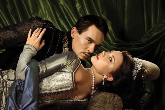 "Henri VIII et Anne Boleyn dans la série télé ""Les Tudors"" (Jonathan Rhys-Meyers et Natalie Dormer)"