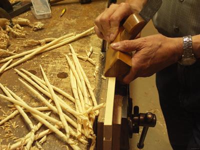 """Les """"spills"""" sont des copeaux de bois qu'on utilisait comme de longues allumettes pour transférer une flamme d'un endroit à un autre (ex : d'un feu à une bougie)"""