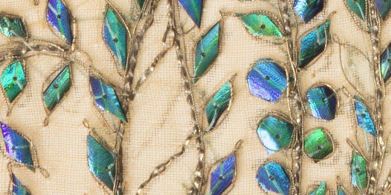 Fragment d'une broderie sur coton indien du XIXème siècle, avec motifs ornés d'élytres de scarabées