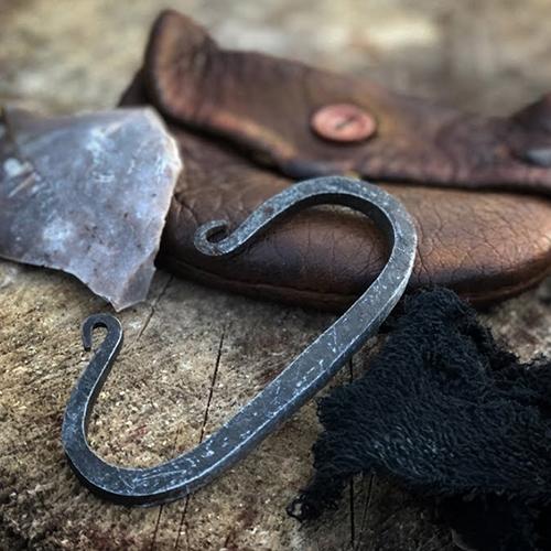 """Briquet en acier qu'on frappe sur une pierre de silex afin d'enflammer une petite quantité de fibres et produire une flamme. C'est ce qu'on appelle """"battre le briquet"""""""