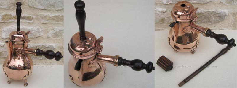 Chocolatière en cuivre de la fin du XVIIIème siècle, avec son moulinet (fouet)