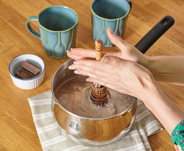 Préparation d'un chocolat chaud à l'aide d'un molinillo mexicain (moulinet ou fouet)