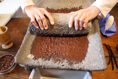 Au XVIIIème et XIXème siècle, on broyait les fèves de chocolat à la main pour fabriquer la pâte de cacao.