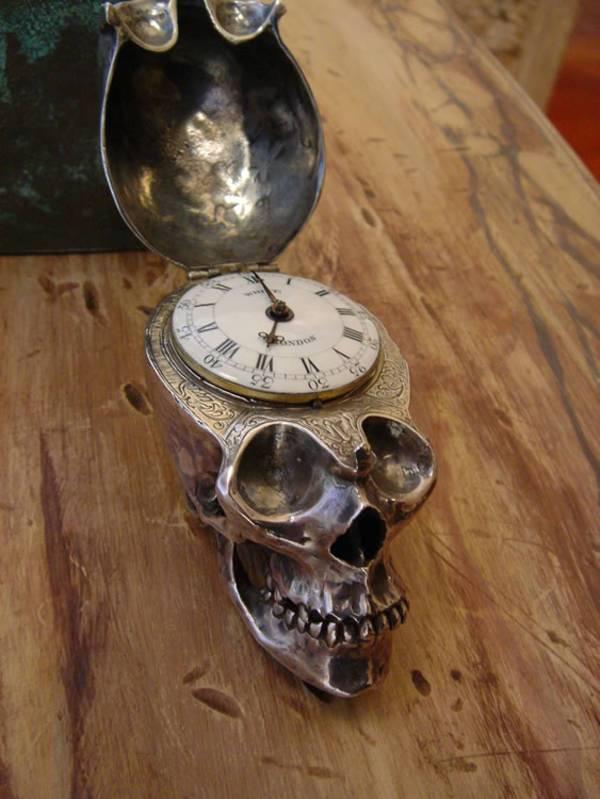 Memento mori datant de 1780 : une montre en forme de crâne