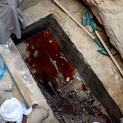 Ouverture d'un sarcophage égyptien (Alexandrie, 2018). Le jus rouge au fond est de la mumie