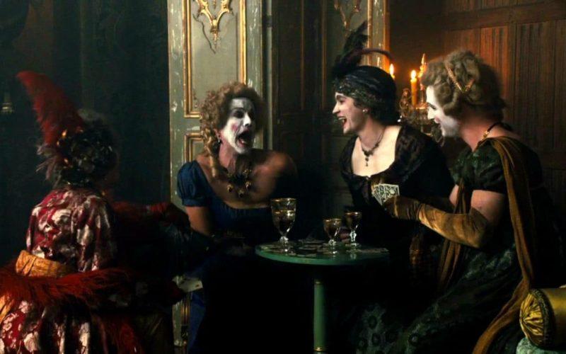 Scène dans une molly-house, dans la série Taboo, avec des travestis